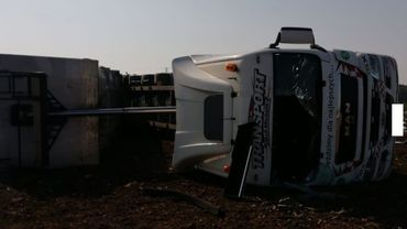 Wypadek na Dębina. Ciężarówka przewrócona na bok