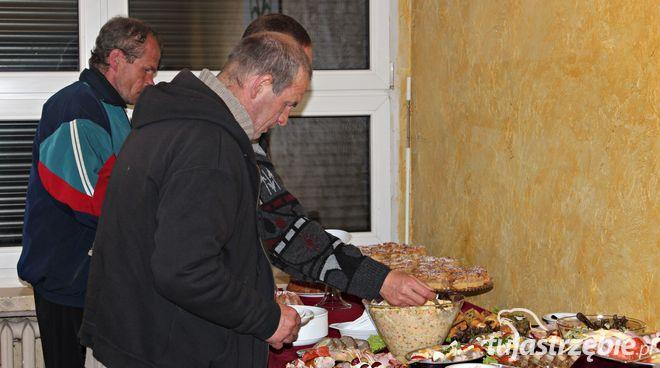 Harcerze przygotowali świąteczne śniadanie dla potrzebujących, pww