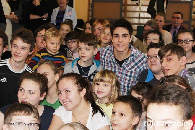 Popularny youtuber z Wodzisławia przekazał dzieciakom ze szpitala czek na 112 tysięcy złotych, pww