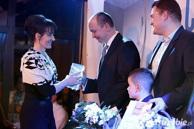 Piotr Piotrowicz otrzymał statuetkę z rąk prezydent Anny Hetman