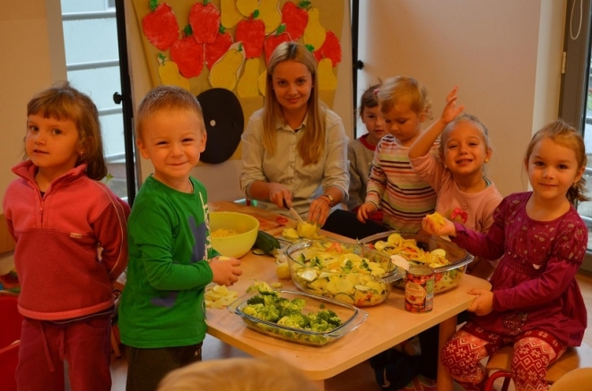 Dzieciaki świetnie bawiły się przygotowując potrawy z ziemniaków