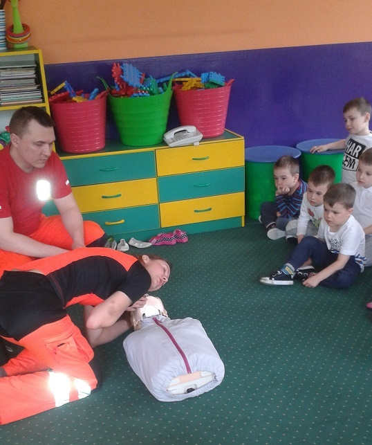 Ratownicy pogotowia odwiedzili przedszkole, by pokazać dzieciom jak udzielać pierwszej pomocy, materiały prasowe P 6