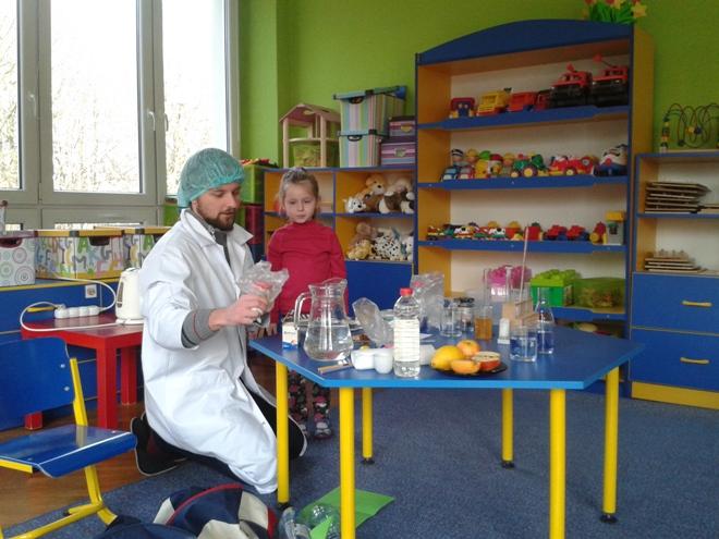 Magiczne doświadczenia chemiczne w Przedszkolu nr 6, materiały prasowe P6