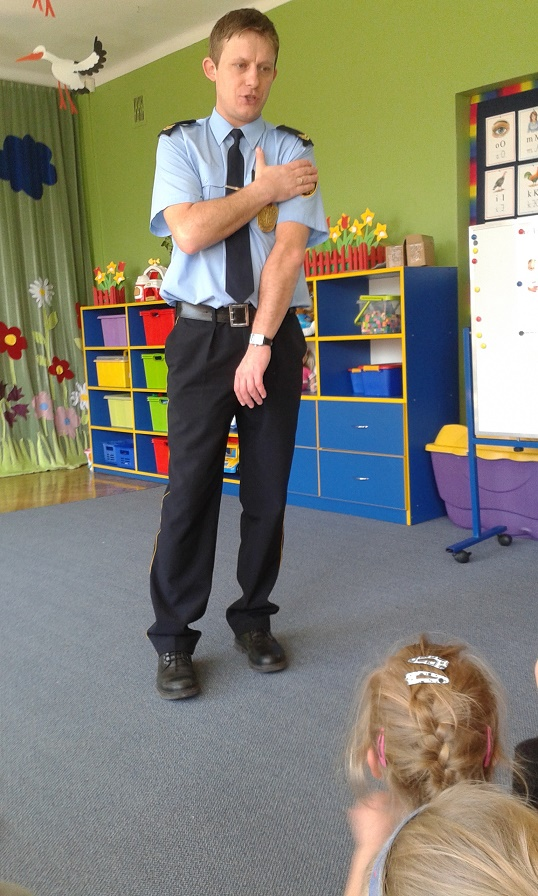 Strażnik miejski uczył przedszkolaki, by nie rozmawiać z nieznajomymi, materiały prasowe PP 6