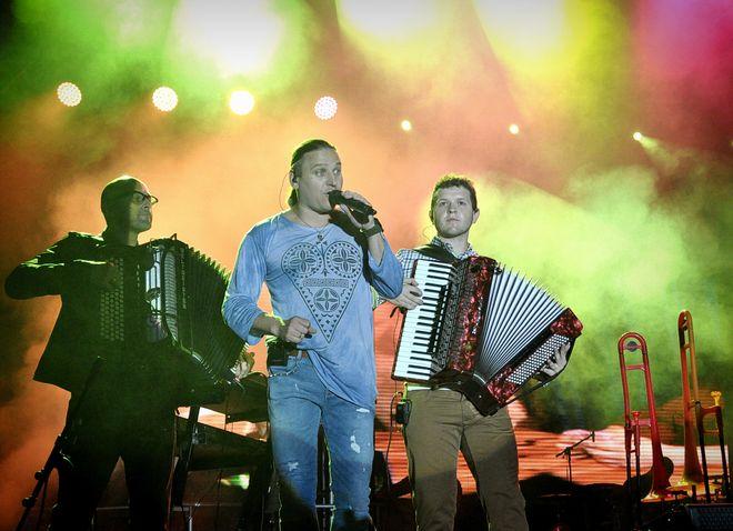 Wstęp Macieja Gucika z zespołem Golec uOrkiestra podczas Pikniku JSW w 2013 roku.