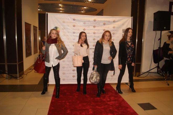 Na zdjęciu modelki z Zespołu Szkół Handlowych podczas pokazu mody w Galerii Jastrzębie