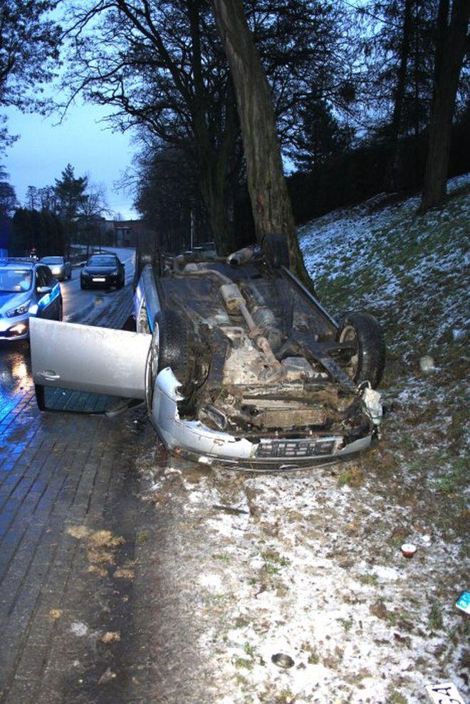 Pijany kierowca dachował po zderzeniu z drzewem, KMP w Jastrzębiu-Zdroju