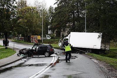 Zderzenie ciężarówki z osobówką na ul. Powstańców, Źródło: KMP w Jastrzębiu-Zdroju