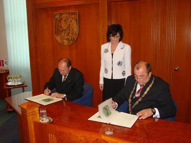 15 maja 2009 roku prezydent Marian Janecki oraz burmistrz Ján Bodnár złożyli uroczyście podpisy pod treścią umowy o partnerstwie.