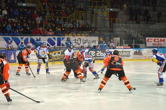JKH przegrał po rzutach karnych w meczu wyjazdowym Polskiej Hokej Ligi z zespołem TatrySki Podhale Nowy Targ