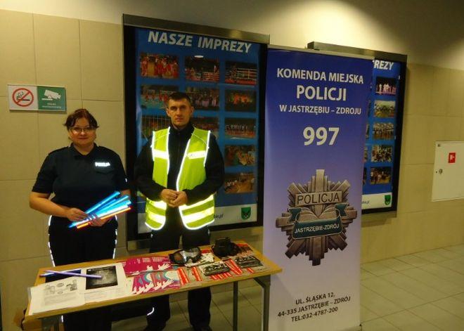 Funkcjonariusze rozdawali odblaski oraz promowali zdrowy styl życia, KMP w Jastrzębiu-Zdroju